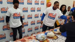 mets curtis granderson continues charity work mlb