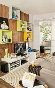 estante com deques de madeira e cubos em mdf living rooms room