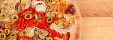 cuisine italienne pizza frais pizza cuite végétarien sur la table en bois cuisine italienne