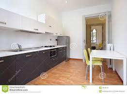 cuisine pour petit appartement cuisine moderne en appartement neuf photo stock image du parquet