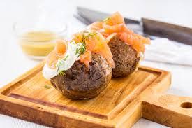 pomme de terre en robe de chambre au four pommes de terre en robe de chambre avec le fromage à pâte molle et