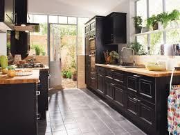 configuration cuisine cuisine dans une véranda black kitchen in a veranda home