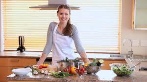 femme faire la cuisine hd stock 649 334 814 framepool