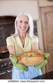 femmes plus cuisine banque d image plus vieille femme tenue tarte dans cuisine
