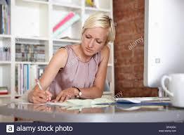 Schreibtisch Erwachsene Mitte Erwachsene Frau Notizen Am Schreibtisch Stockfoto Bild