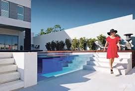 piscine en verre une piscine avec une paroi en verre