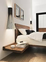 chambre pour une nuit installer une table de nuit suspendue près de lit les