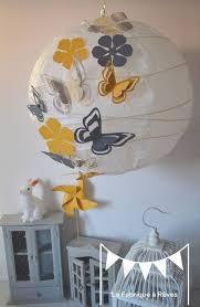 création déco chambre bébé abat jour suspension luminaire rond envolée de papillons gris et