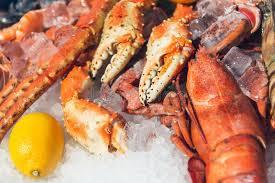 cuisiner le homard congelé homard congelé frais sur la glace avec le citron photo stock image
