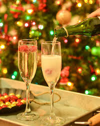 christmas champagne cocktails raspberry sparkling wine or champagne drink diycandy com