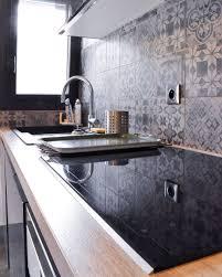 credence stratifié cuisine projet cuisine avec façades laquées gris brillant plan de travail