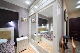 chambre de garde garde robe blanche intégrée avec les portes reflétées dans la