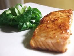 cuisiner pavé saumon recette de pavé de saumon au miel et piment la recette facile