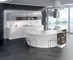 cuisine arrondi cuisine laquée blanche sur un fond rétroéclairé et un mur en