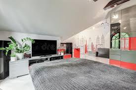 tv dans chambre chambre à coucher élégante moderne avec la tv photo stock image du