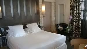 chambre de luxe avec chambre de luxe avec terrasse 2 bains de soleil table et fauteuils