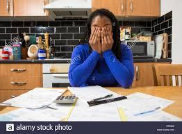 cours de cuisine londres une femme est assise à sa table de cuisine à la maison au