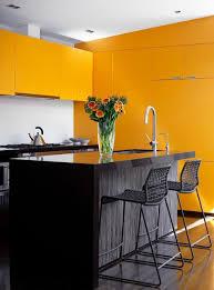 cuisine noir et jaune ambiance accueillante et conviviale dans une cuisine jaune avec