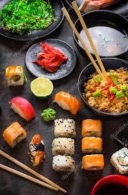 cuisine japonaise traditionnelle table servi avec les sushis et cuisine japonaise traditionnelle