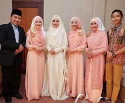 tutorial hijab syar i untuk pengantin brightly smile with family indonesian syar i hijab for bride