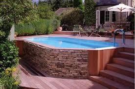 une piscine hors sol en bois sertie de sur la terrasse