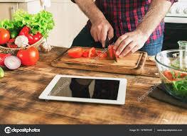 tablette recette de cuisine homme à la recherche de recette sur tablette numérique et la cuisson