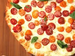 cuisiner une pizza pizza tomate mozzarella recette de pizza tomate mozzarella