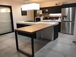 cuisine avec ilot table cuisine en fenix et bois avec piano lacanche noir