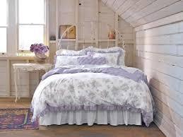 schlafzimmer shabby schlafzimmer dachboden gestaltung shabby chic lila weiß metall