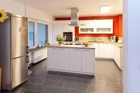 weiße küche mit holz weiße holz küche mit kochinsel viel stauraum und schubladen mit