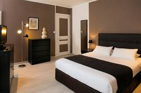 hotel chambre chambres climatisées à l hotel les pierres dorées proche lyon