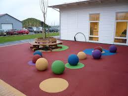 jeux en bois pour enfants prourba sols amortissants et gazon synthétique et aire de jeu en