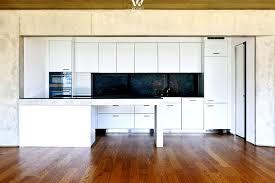 Wohnzimmer Einrichten Nussbaum Diese Weiße Küche Hält Sich Dezent Im Hintergrund Und Lässt Dem