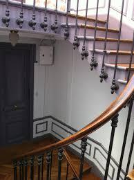 escalier peint 2 couleurs rénovation cage d u0027escalier à paris 75 cage d u0027escalier