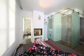 salle de bain ouverte sur chambre un mini loft haut en couleurs galerie photos d article 7 15