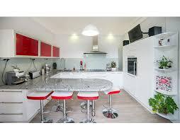 coin repas dans cuisine une cuisine équipée d un grand plan de travail coin repas