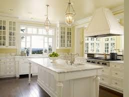 cuisine traditionnel salle a manger blanche et grise 7 jaune clair peinture meuble