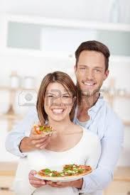 les amoureux de la cuisine boire du vin avec de la pizza à la maison