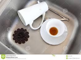 vers blancs cuisine vaisselle plats blancs dans l évier de cuisine photo stock image