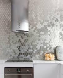 mosaique cuisine credence un dosseret de cuisine tendance et moderne en métal kitchen living