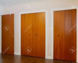 placard de chambre en bois cuisine les portes en bois des placards dans la chambre ã coucher