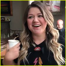 kelly clarkson covers u0027dirty dancing u0027 song to tease exciting