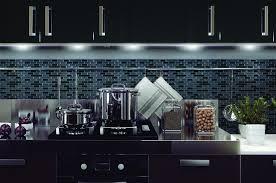 journal femmes cuisine carrelage adhésif muretto nero de smart tiles cuisine que mettre