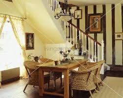 korbstühle esszimmer korbstühle am holztisch im offenen esszimmer mit treppe bild