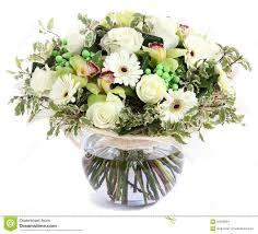 composition florale avec des roses composition florale en verre vase transparent roses blanches