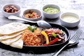 cuisine mexicaine fajitas fajitas mexicains de boeuf servi avec du riz tortillas à la plaque