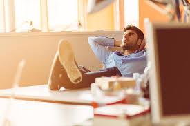 si e de table 360 uomo d affari caucasico che si siede nell ufficio che pensa