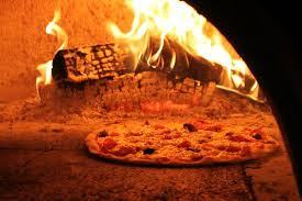 cuisine au bois une pizza dans le four à bois picture of pizzeria franky
