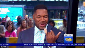 michael strahan new haircut michael strahan returns to gma after losing part of pinky daily