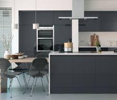 cuisine gris vert cuisine gris anthracite 56 idées pour une cuisine chic et moderne
